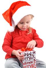 Bambina che scarta regalo di Natale