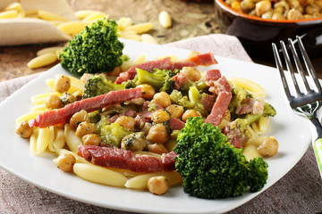 Pasta with broccoli, chickpeas and bacon