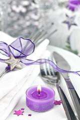 Festlich gedeckter Tisch für Weihnachten oder Silvester