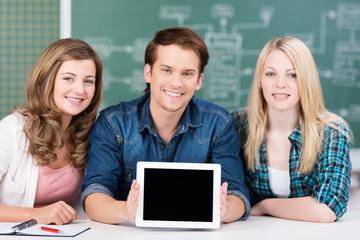 lächelnde studenten präsentieren etwas am tablet