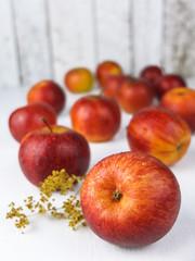 Frische rote Äpfel auf weiß
