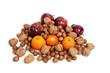 Nüsse, Mandarinen und Weihnachtsäpfel auf weiß isoliert