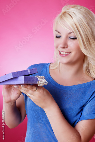 canvas print picture blondes Mädchen freut sich über geschenkten Schmuck