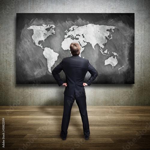 Geschäftsmann vor Weltkarte