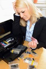 Frau verzweifelt am Tintenstrahl-Drucker