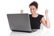 Isolierte junge Frau - Karrierefrau mit Laptop isoliert im Büro
