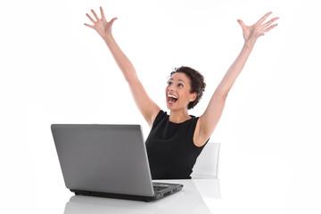 Erfolgreiche junge Frau jubelnd im Büro - Hände hoch