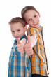 Kleine Jungs - Brüder isoliert mit Daumen hoch - erste Klasse