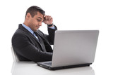 Mann im Büro mit Computer hat eine Lebenskrise - isoliert