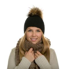 Junge Frau mit Schal und Strickmütze