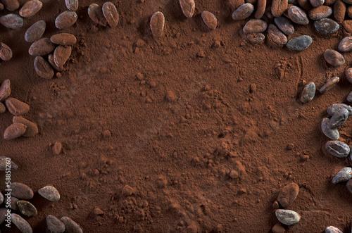 Kakaopulver und Kakaobohnen Hintergrund Textfreiraum - 58851260
