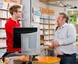 apotheker spricht mit kunden