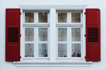 Renoviertes Doppelfenster mit Klappläden