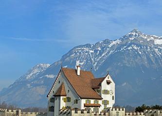 Eine Burg in den Bergen