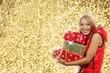 Glückliche Frau mit Pelzmütze und Geschenk