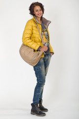 Junges Fotomodell in Jeans, zauberhaftes Lächeln