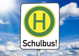 Schild mit Schulbushaltestelle