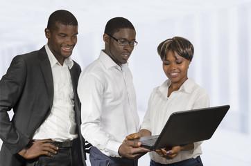 Afrikanische Geschäftsleute diskutieren mit Notebook