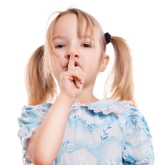 Mädchen mit blonden Zöpfen hält Finger vor den Mund