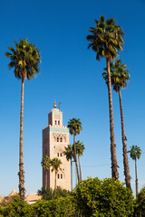 Koutoubia-Moschee in Marrakesch mit Palmen