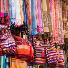 bunte Stoffe in den Souks von Marrakesch