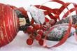 rote Christbaumkugel und Stechpalme