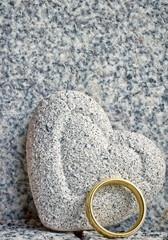 steinherz mit goldenem ring