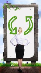 Geschäftsfrau vor Recycling-Schild