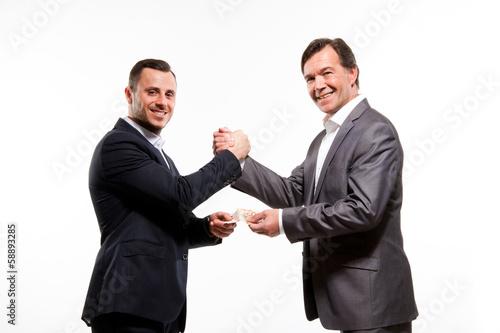 Mann überreicht eine Prämie