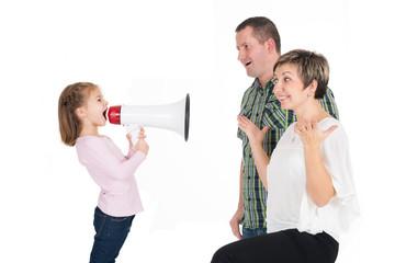 Mädchen mit Megafon schreit Eltern an