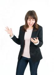 Schreiende junge Frau mit Handy