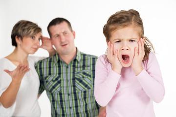 Schreiendes Mädchen,ratlose Eltern