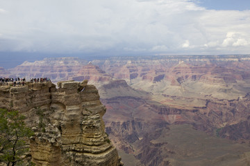 touristes au point de vue sur le Grand Canyon, Arizona