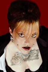 Portrait d'une extraordinaire jeune femme avec tatouage poitrine