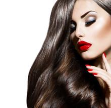 Sexy piękna dziewczyna z czerwonymi ustami i paznokciami. prowokacyjne makijażu