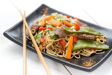 nouilles sautées légumes et bœuf , fond blanc 1