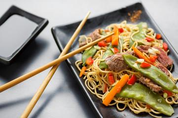 nouilles sautées légumes et bœuf , fond métal 1