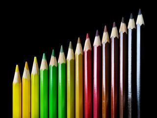 Pastelli con colori autunnali su fondo nero