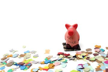 Glücksschweinchen steht im Konfetti