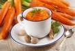 purè di carote con la noce moscata nella tazza bianca