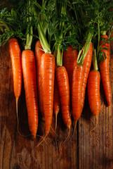 mucchio di carote biologiche sulla tavola di legno