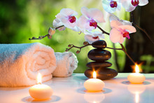 Masaż skład spa z świece, orchidee, kamienie w ogrodzie