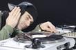 DJ beim auflegen und Musik hören