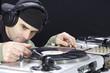 Hip Hop DJ am Plattenspieler mit Schallplatten