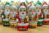 Regiment Schokoladenweihnachtsmänner, viele poster