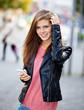 Attraktives Mädchen mit smartphone