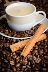 kaffee mit zimt und kaffeebohnen