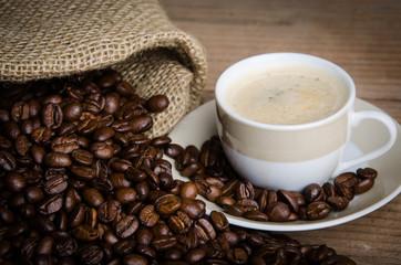 sack mit kaffeetasse und kaffeebohnen