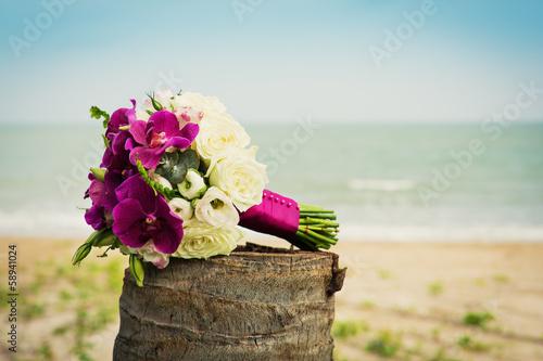 Постер, плакат: Букет невесты на фоне моря, холст на подрамнике