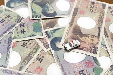 お金とパトカー